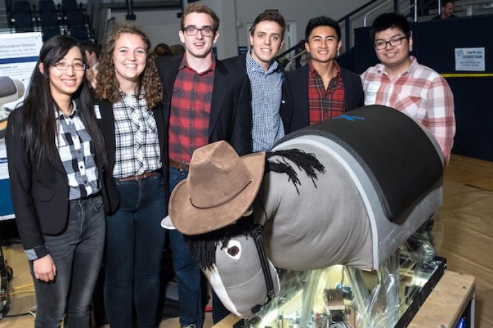 Stewie, le cheval mécanique et ses concepteurs. (Crédit : Jeff Fitlow/Rice University)