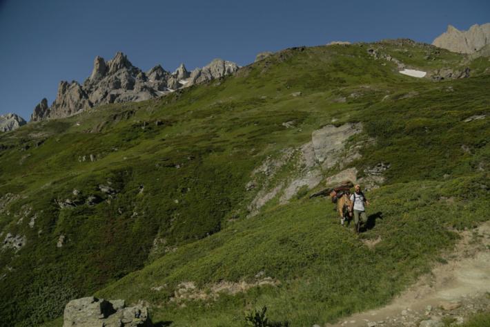 """Cyril et Kamaee au coeur de la nature (Crédit : Page Facebook """"De vallées en sommets"""")"""