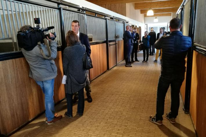 Grégory Wathelet interviewé dans les écuries de François Mathy Jr à l'occasion de la conférence de presse du Jumping international de la Province de Liège (Crédit photo : Léquimag)