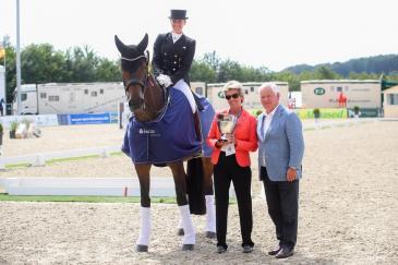 Jessica von Bredow-Werndl et Dalera lors de la remise des prix (Crédit: Horses and Dreams Entertainment)