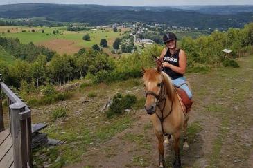 Emeline et Dalton, son cheval. (Crédit : Page Facebook)