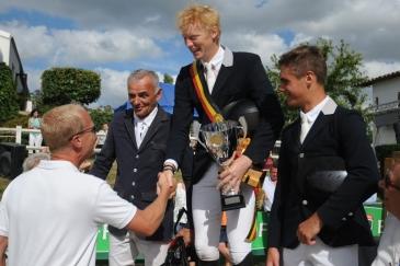 Le podium du championnat du GHCR avec Jérôme Guéry félicitant François Brichart (Crédit photo : Photo Evénement)