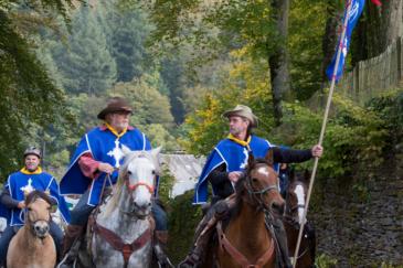 C'est en tenues de mousquetaires que les premiers cavaliers ont ouvert la voie. (Crédit : Bernard Defat)